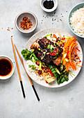 Rinderrippchen auf koreanische Art mit Pak Choi und Reis
