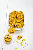 Kurkuma-Cracker mit Kornblumenblüten