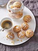 Kokos-Orangen-Kekse zur Tasse Kaffee