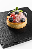 Tartlet with buttercream and berries