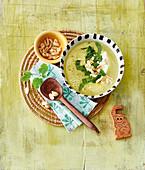 Bananen-Koko-Suppe mit Joghurt, Erdnüssen und Koriander