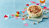 Popcornschale gefüllt mit Popcorn zum Kindergeburtstag