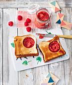 Guckloch-Toast mit Himbeer-Aprikosen-Püree