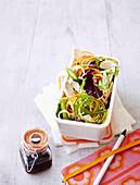 Asiatischer Hähnchensalat mit Gemüsespiralen