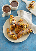 Selbstgebackene Blätterteig-Croissants mit Schokoladenfüllung