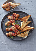 Canapés with turkey and striped bacon
