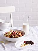 Knuspermüsli mit weißer und dunkler Schokolade und Beeren