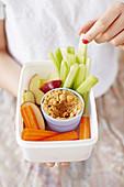 Obst- und Gemüsesticks mit Erdnussdip