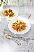 Veggie-Frikadellen mit Zoodles und Tomatenwürfeln