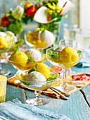 Eisbecher mit Mango-, Limetten- und Kokoseis