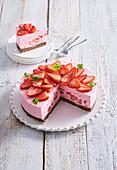 Erdbeer-Rhabarber-Torte ohne Backen, angeschnitten