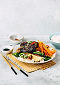 Rinderrippchen auf Koreanisch mit Pak Choi und Reis
