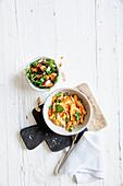 Pulled Chicken mit Spinat-Tomaten-Gemüse