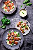 Salat mit gebratenen Tomaten, Ricotta und Basilikum