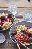 Spaghetti with tomatoe sauce and vegan tofu 'meatballs'