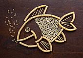 Fischfigur aus rohen Nudeln