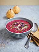 Rote-Bete-Wasabi-Suppe mit Birnen