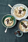 Walnuss-Champignon-Suppe mit eingelegten, schwarzen Walnüssen