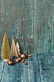 Nüsse und Deko-Weihnachtsbäume