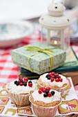 Muffins mit Zuckerglasur und Beeren