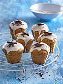 Mohn-Muffins mit Pflaumen und Zitronenglasur