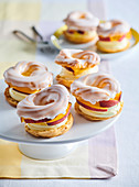 Puff pastry rings with peaches