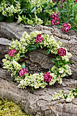 Sommerkranz aus Ligusterblüten und Nelken