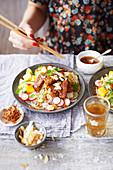 Nudelsalat mit Sticky-Tempeh, Mango und Limetten (Asien)