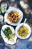 Folien-Babykartoffeln, gegrillte Frühlingszwiebeln, Kräuter-Mais