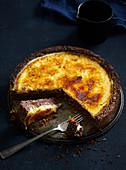 Vanila and chocolate cheesecake with caramel crust