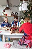 Drei Kindern beim Plätzchenbacken
