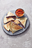 Rotkohl-Quesadillas mit Hackfleisch und Tomatensalsa