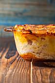 Kartoffelauflauf mit Fleisch und Zwiebeln