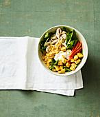 Hähnchen-Spinat-Bowl mit roten Linsen und Champignons