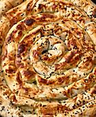 Türkische Börekschnecke mit Spinat und Feta (Close-up)