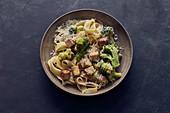Schnelle Brokkoli-Pasta mit Tofu und Montello