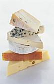 Sechs verschiedene Käsesorten übereinander gestapelt