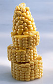 Maiskolben in Stücken, gestapelt