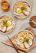 Ramen-Nudelsuppe mit Ei, Schweinefleisch und Enoki (Japan)