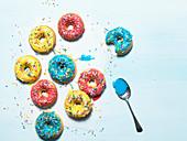 Donuts mit buntem Zuckerguss und Zuckerstreuseln