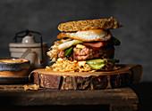 Ramen-Burger mit Spiegelei
