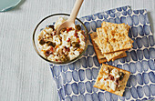 Frischkäse-Dip mit Oliven, Kapern und getrockneten Tomaten