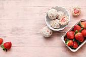 Vegane Erdbeer-Balls mit Medjool-Datteln, Kokosraspeln und gepufftem Amarant