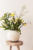 Frühlingsstrauß mit Tulpen, Narzissen, Goldrute und Strandflieder