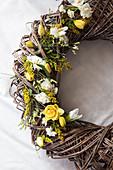 Frühlingskranz mit Narzissen, Tulpen, Hyazinthe, Goldrute und Strandflieder