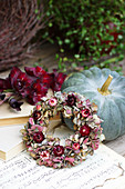 Blütenkranz aus Hortensienblüten und Strohblumen an Speisekürbis