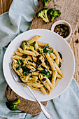 Penne mit Spinat, Brokkoli und Kürbiskernen (vegetarisch)