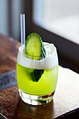 Kurobuta - grüner Cocktail mit Gurkenscheibe