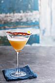 Martini garniert mit Speck und Wachtelei