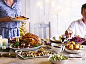 Traditionelles Weihnachtsessen mit Truthahnbraten und Beilagen